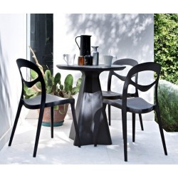 Chaise plastique design FOR YOU noir dans le jardin